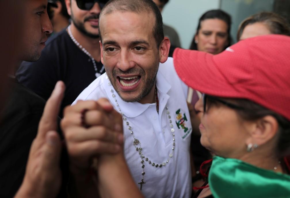 Luis Fernando Camacho, líder de oposição, cumprimenta apoiadores durante entrevista coletiva em La Paz — Foto: Reuters/Luisa Gonzalez