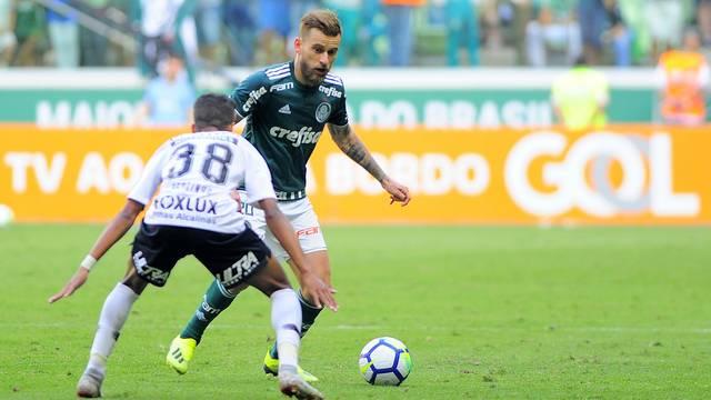 Lucas Lima em lance do Dérbi