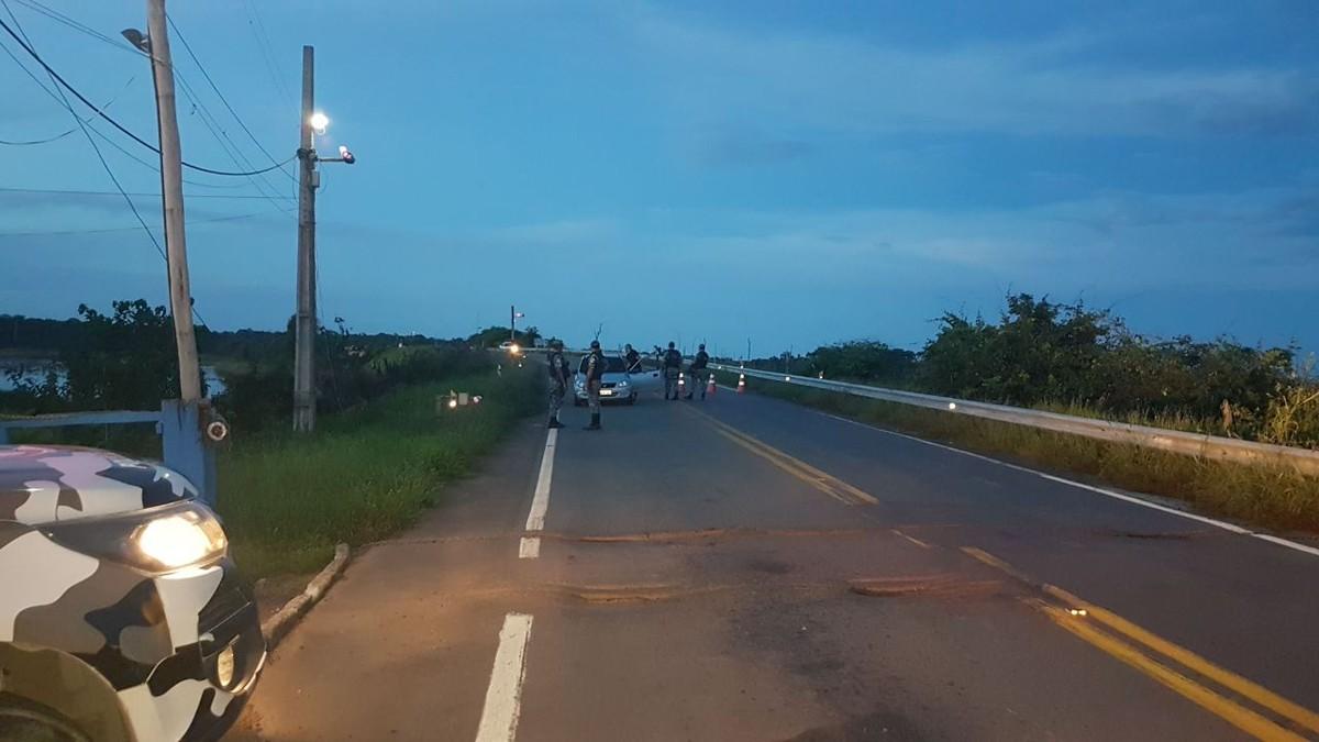 Após fuga de 92 presos em RR, polícia faz barreira na BR-174 para impedir entrada de foragidos no AM