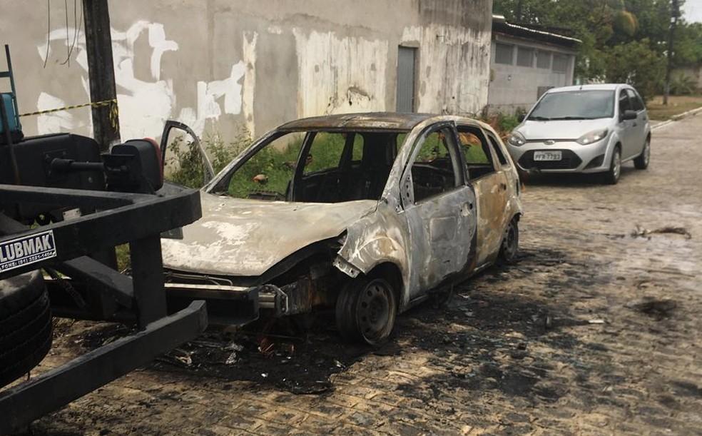 Carro ficou destruído por incêndio provocado por vigilante  que estava com ciúme do atual companheiro da ex-mulher, que é dono do automóvel — Foto: Polícia CIvil/Divulgação
