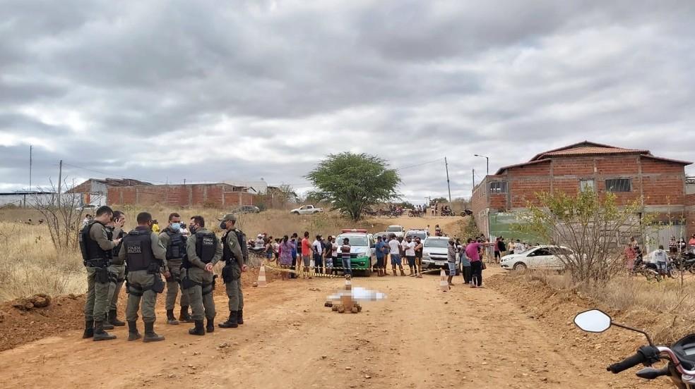 Corpo de jovem foi encontrado em rua atrás da residência dela, em Paulistana, no Sul do Piauí — Foto: Pedrosa News