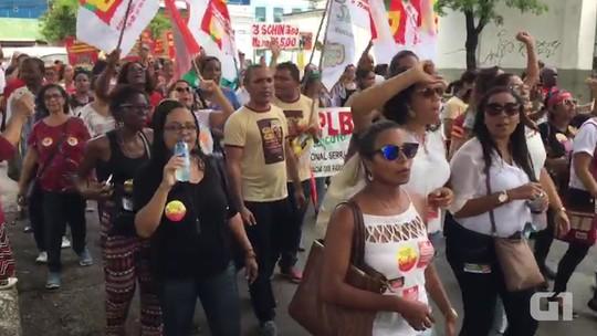 Em novo protesto, grupo faz passeata contra reformas do governo Temer