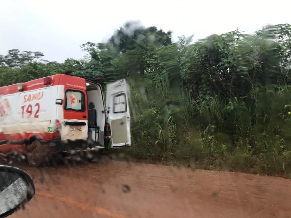 Feridos foram levados ao hospital pelo Samu — Foto: Nayana Bricat/ TVCA