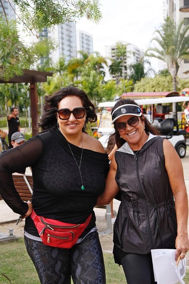 À esquerda, Yone Beraldo, gerente de Marketing da Carvalho Hosken, e Gloria Medeiros, organizadora do I Ilha Pura Open de Duplas