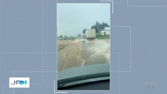 Enxurrada toma conta de pista da BR-060 durante chuva em Anápolis