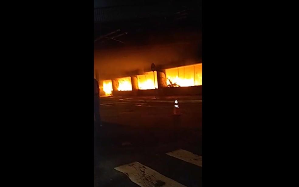 Incêndio atinge barracos sob Viaduto Alcântara Machado — Foto: Arquivo Pessoal