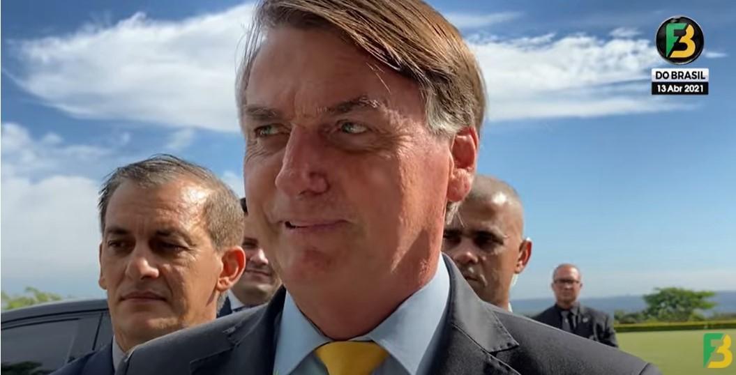 """Bolsonaro se irrita com apoiadores no Palácio da Alvorada: """"Em vez de dar força pra mim, criticam"""""""