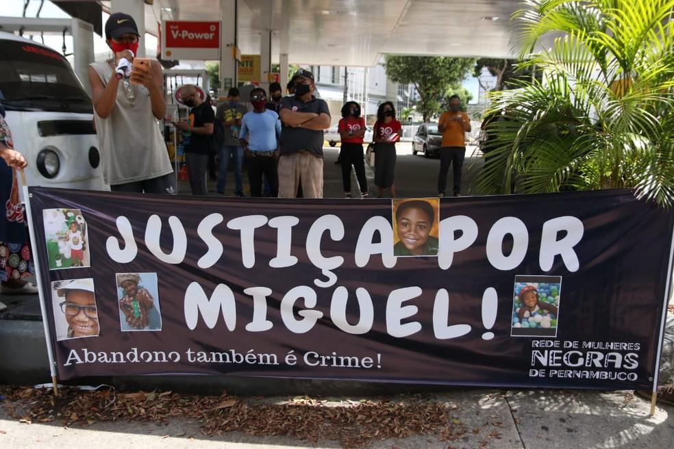 Em frente ao local onde ocorre a primeira audiência do Caso Miguel, no Recife, integrantes de movimentos negros de Pernambuco realizam ato, nesta quinta-feira (3) — Foto: Marlon Costa/Pernambuco Press