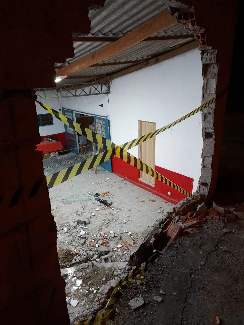 Mulher perde controle de carro e bate em muro de igreja em Votorantim — Foto: Polícia Militar/Divulgação
