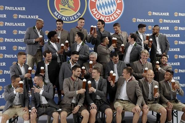 O elenco do Bayern de Munique e seus copos cheios de cerveja