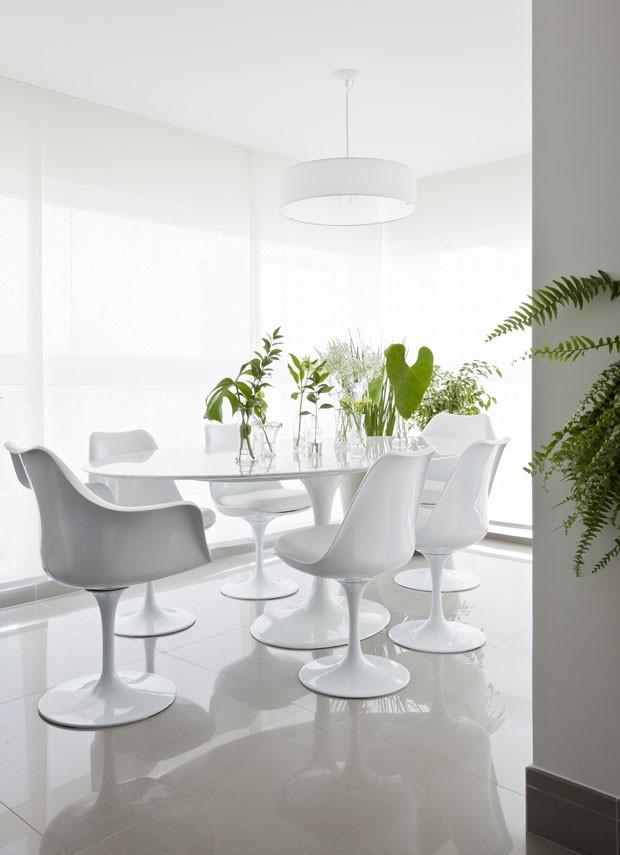 Varanda é integrada à sala e otimiza espaço no apartamento (Foto: Maira Acayaba/Divulgação)