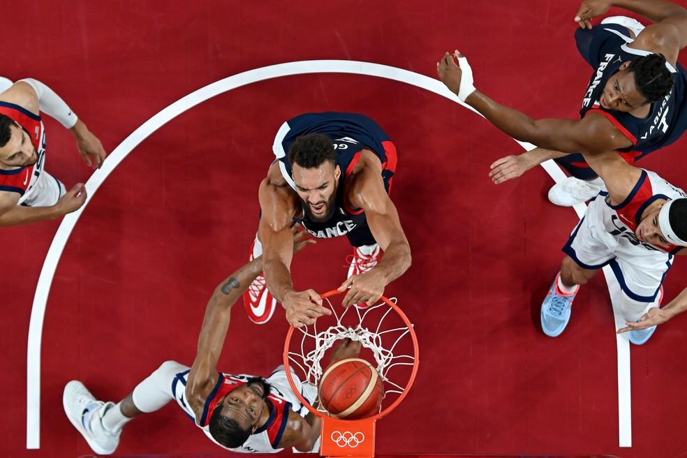 Rudy Gobert enterra a bola contra a marcação de Kevin Durant — Foto:  Pool via REUTERS/Aris Messinis