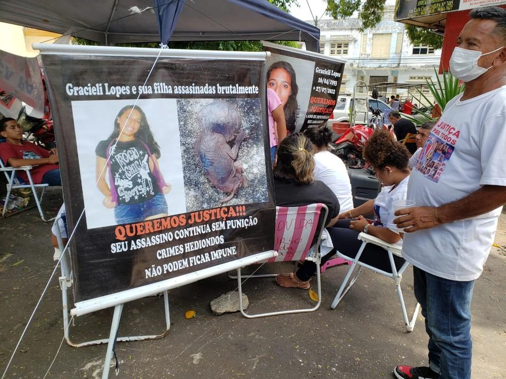 Familiares e amigos de  Gracieli dos Santos Lopes acompanharam o julgamento na frente do Fórum Criminal de Belém — Foto: Fórum Criminal de Belém