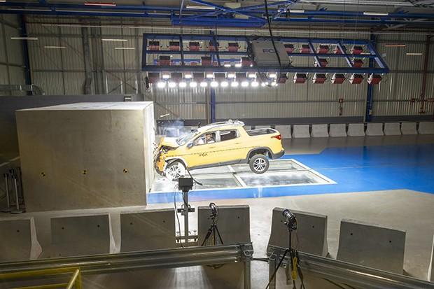 Primeiro crash test realizado no local foi com uma Fiat Toro (Foto: Divulgação)