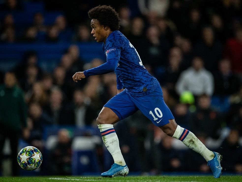 Willian em ação pelo Chelsea: atacante deve renovar contrato até fim de agosto para terminar temporada — Foto: Ricardo Nogueira / Divulgação