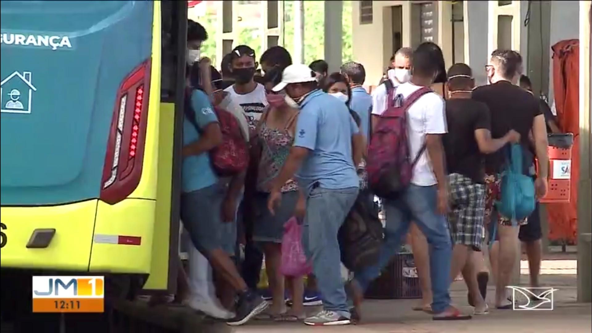Passageiros reclamam que manter distanciamento dentro dos ônibus é impossível em São Luís