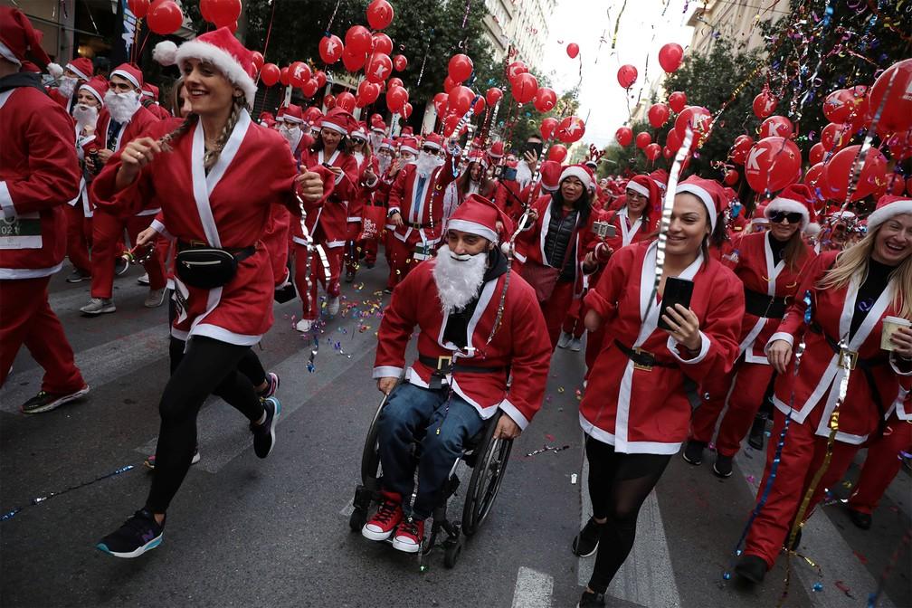 Pessoas fantasiadas participam de uma 'corrida do Papai Noel' em Atenas, na Grécia — Foto: Costas Baltas/Reuters