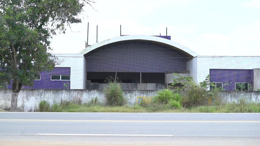 Em Carpina, construção abandonada de UPAE faz com que moradores enfrentem longas distâncias para ter atendimento médico — Foto: Reprodução/TV Globo