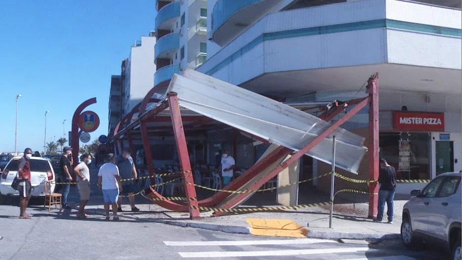 Estrutura do toldo de pizzaria cai em Cabo Frio, no RJ