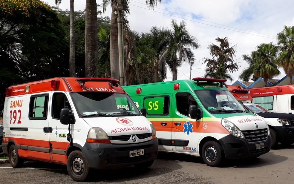 Ambulâncias do Samu com lenços pretos no retrovisor, em sinal de luto pela morte do pediatra da rede municipal Luiz Sérgio Aquino de Moura, em Goiânia (Foto: Vitor Santana/G1)