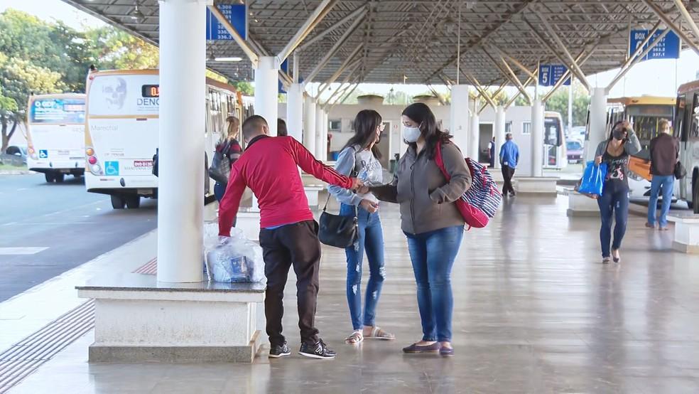 Máscaras distribuídas pelo GDF no terminal rodoviário do P Sul — Foto: TV Globo/Reprodução
