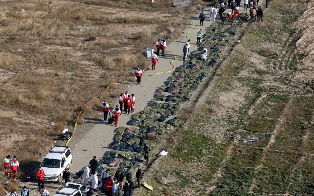 Corpos de vítimas de queda de avião ucraniano no Irã são coletados pela equipe de resgate nesta quarta-feira (8) — Foto: AP Photo/Ebrahim Noroozi