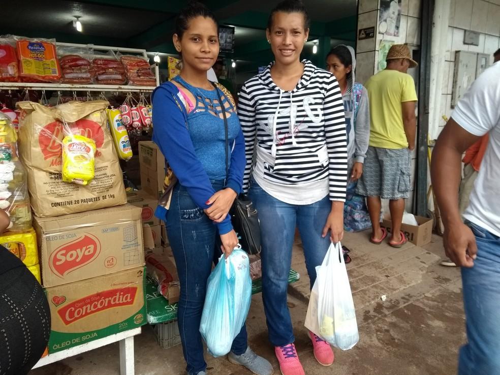 Ángel Rodríguez, de 22 anos, e a amiga fazem compra em Pacaraima após abertura da fronteira — Foto: Jackson Félix/G1 RR
