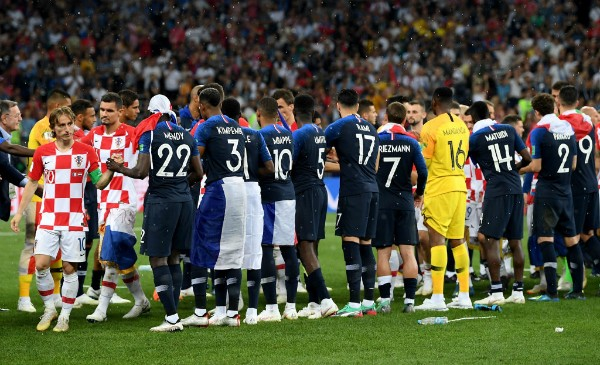 Jogadores franceses aplaudiram croatas após a partida (Foto: Getty Images)