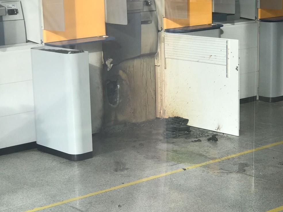 Caixas eletrônicos foram arrombados na madrugada desta quarta-feira (1º) (Foto: Klaber Teixeira/Inter TV Cabugi)