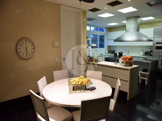 REFEIÇÃO EM FAMÍLIA | Sala de jantar composta por mesa com 6 cadeiras e vista para cozinha em conceito aberto (Foto: Judice & Araujo Imóveis/Reprodução)