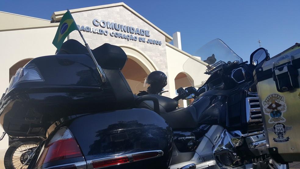 Motociclistas na frente de igreja em Ji-Paraná (Foto: Pâmela Fernandes/G1)