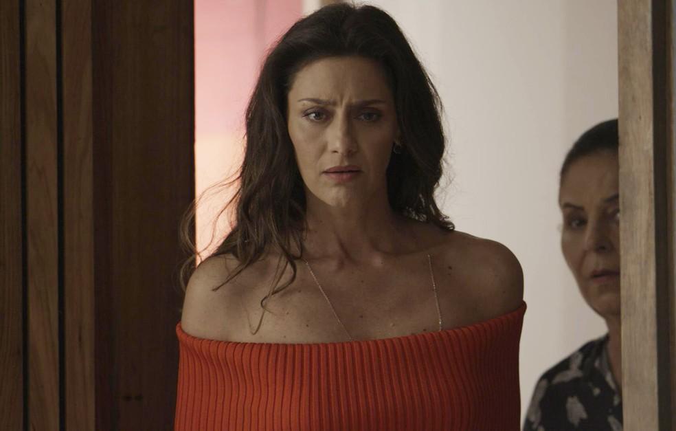 Joyce está passando pelo quarto da filha quando escuta a declaração (Foto: TV Globo)