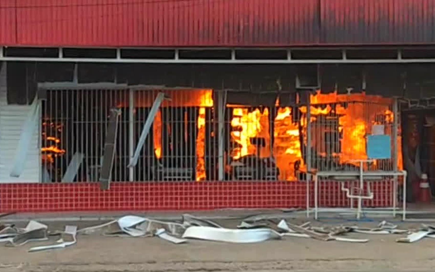 Incêndio destrói mercadinho na Zona Oeste do Recife; veja vídeo