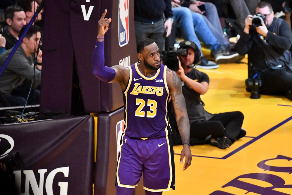 LOS ANGELES, CALIFORNIA - MARCH 06: LeBron James #23 of the Los Angeles Lakers scores to pass Michael Jordan and move to #4 on the NBA's all-time scoring list during the second quarter against the Denver Nuggets at Staples Center on March 06, 2019 in Los  (Foto: Getty Images)
