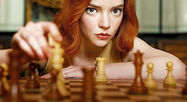 A interpretação de Anya Taylor-Joy como Beth Harmon, obsessiva, sensível e genial, torna o xadrez fascinante até para quem nunca jogou