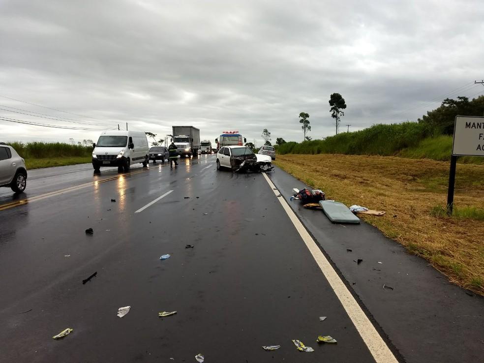 Rodovia chegou a ser parcialmente interditada para atendimento das vítimas (Foto: Corpo de Bombeiros / Divulgação )