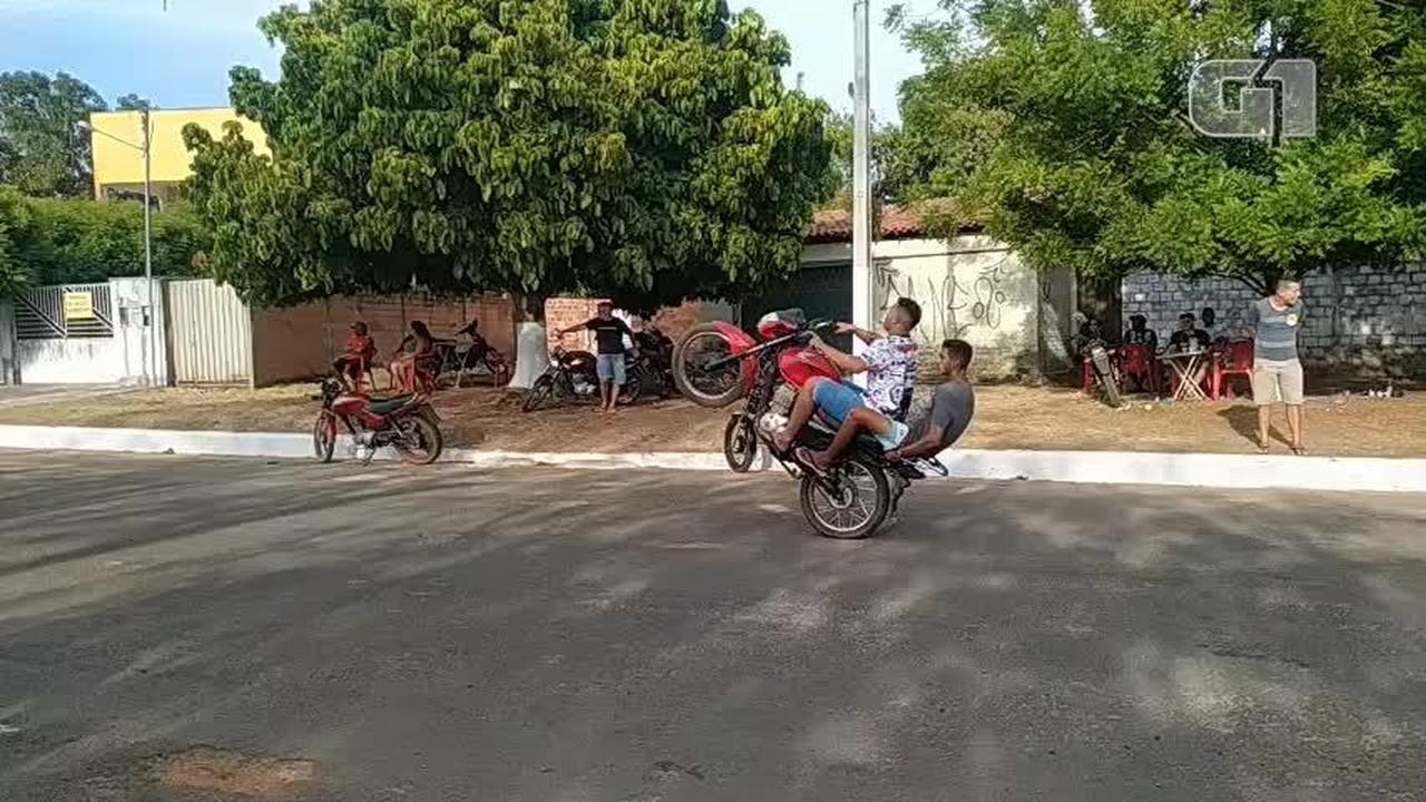 Polícia interrompe competição de 'empinar moto' e prende duas pessoas