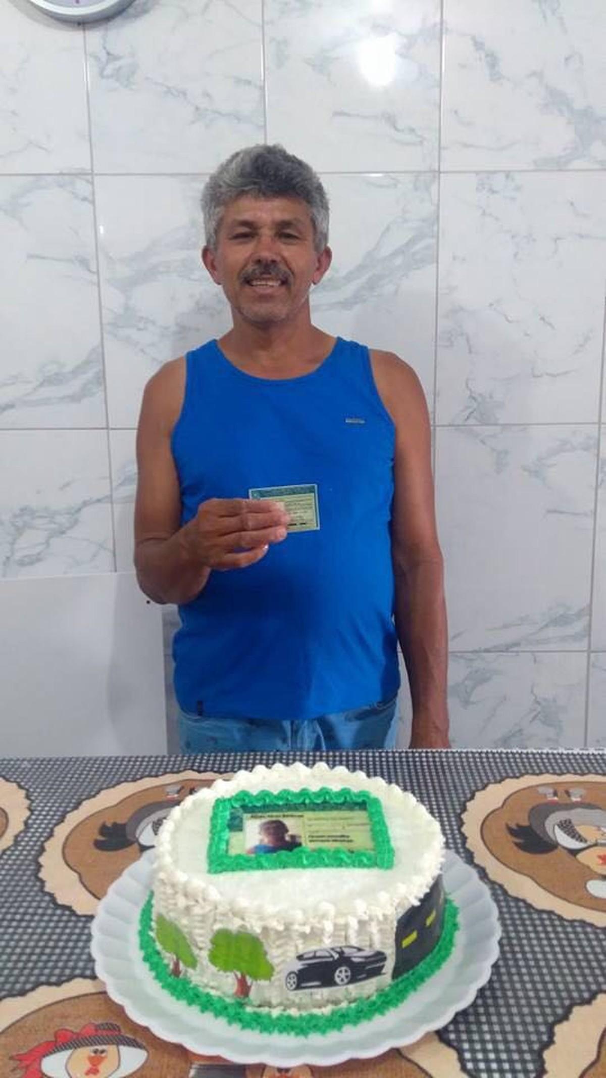 Após 13 reprovações, feirante tira CNH, ganha festa temática da família e diz: 'Nunca pensei em desistir'