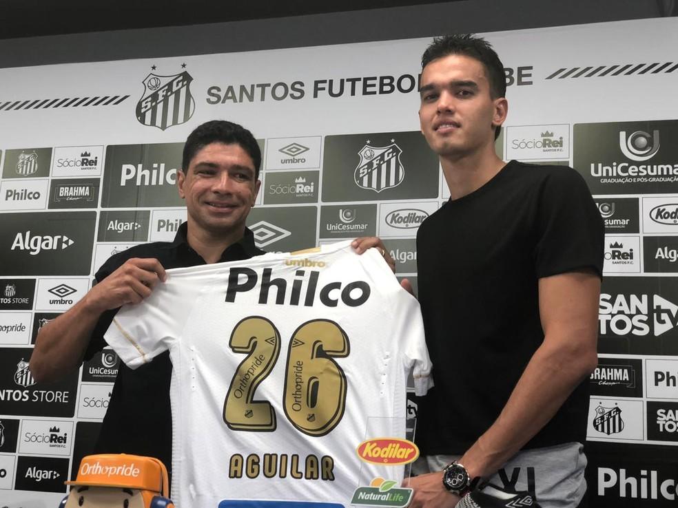Felipe Aguilar foi apresentado no Santos pelo executivo Renato — Foto: Gabriel dos Santos