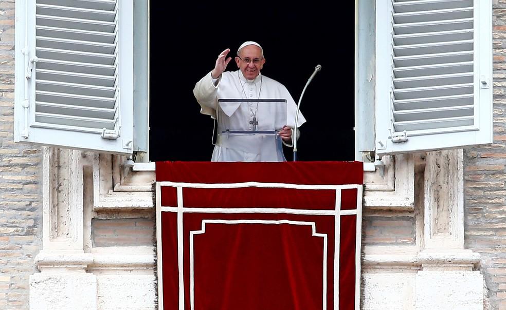 Papa Francisco acena para os fieis durante a oração Angelus na Praça de São Pedro  (Foto: REUTERS/Tony Gentile)