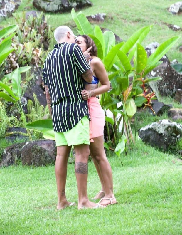 Anitta e Lipe Ribeiro se beijam durante reality show em ilha - Quem   QUEM  News