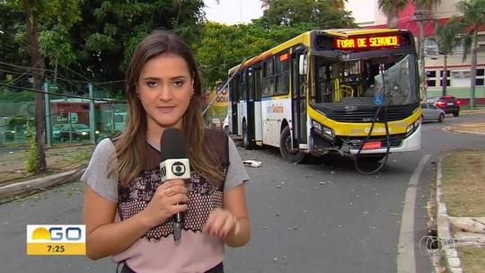 Fios de eletricidade ficam presos em ônibus após batida em poste e passageiros saem pela janela, em Goiânia