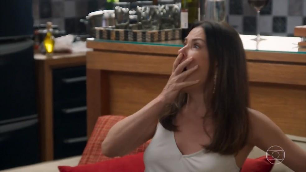 Penélope (Carolina Ferraz) acha que Henrique (Nando Rodrigues) é gay - 'Haja Coração' — Foto: Globo