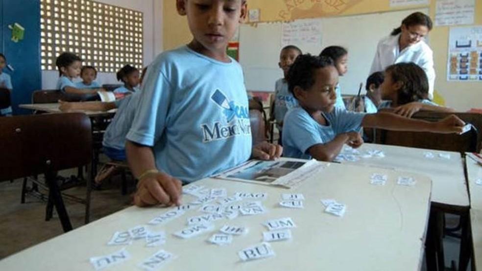 Estratégia de alfabetização em escolas do Piauí combina ensinar às crianças como as palavras são articuladas e as mudanças de sentido com a troca de letras e sílabas; acima, aluno da escola em foto de arquivo — Foto: João Bittar/Central de Mídia EBC