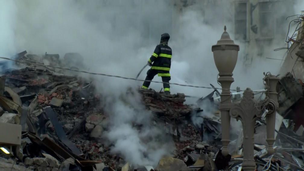 Bombeiros trabalham na busca por vítimas (Foto: Reprodução/ TV Globo)