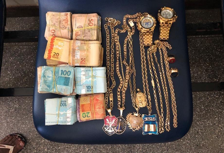 Foragido apontado pela polícia como integrante de facção no RJ é achado com dinheiro e joias em hotel de Salvador