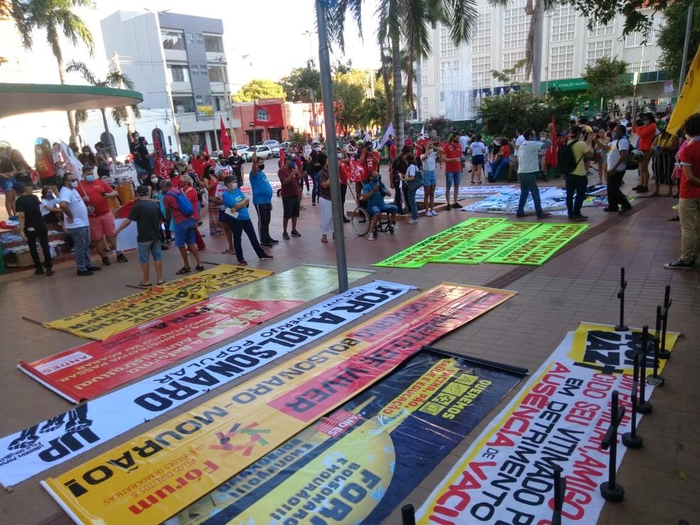 Manifestação se concentra na Praça Alencastro, em Cuiabá — Foto: Assessoria Adufmat