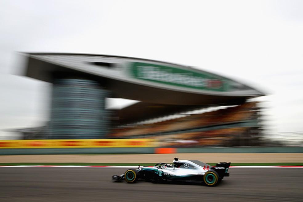 Lewis Hamilton foi o mais rápido da sexta nos treinos livres para o GP da China (Foto: Clive Mason/Getty Images)