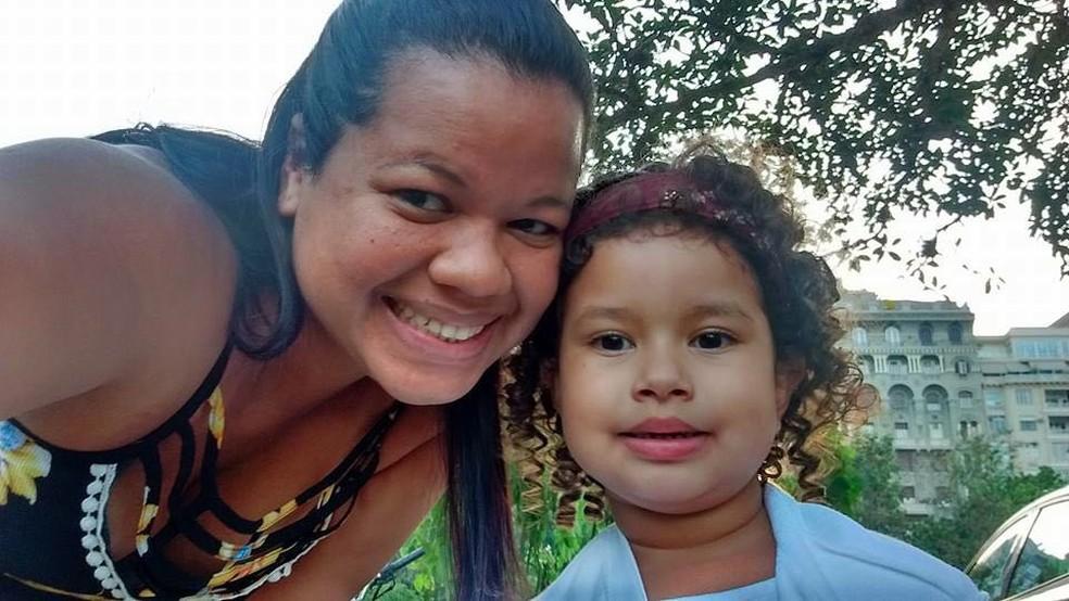 A dona de casa Teresa Kelma Oliveira, de 37 anos, está fora do mercado de trabalho há 3 anos para cuidar da filha e da neta (Foto: Arquivo pessoal)
