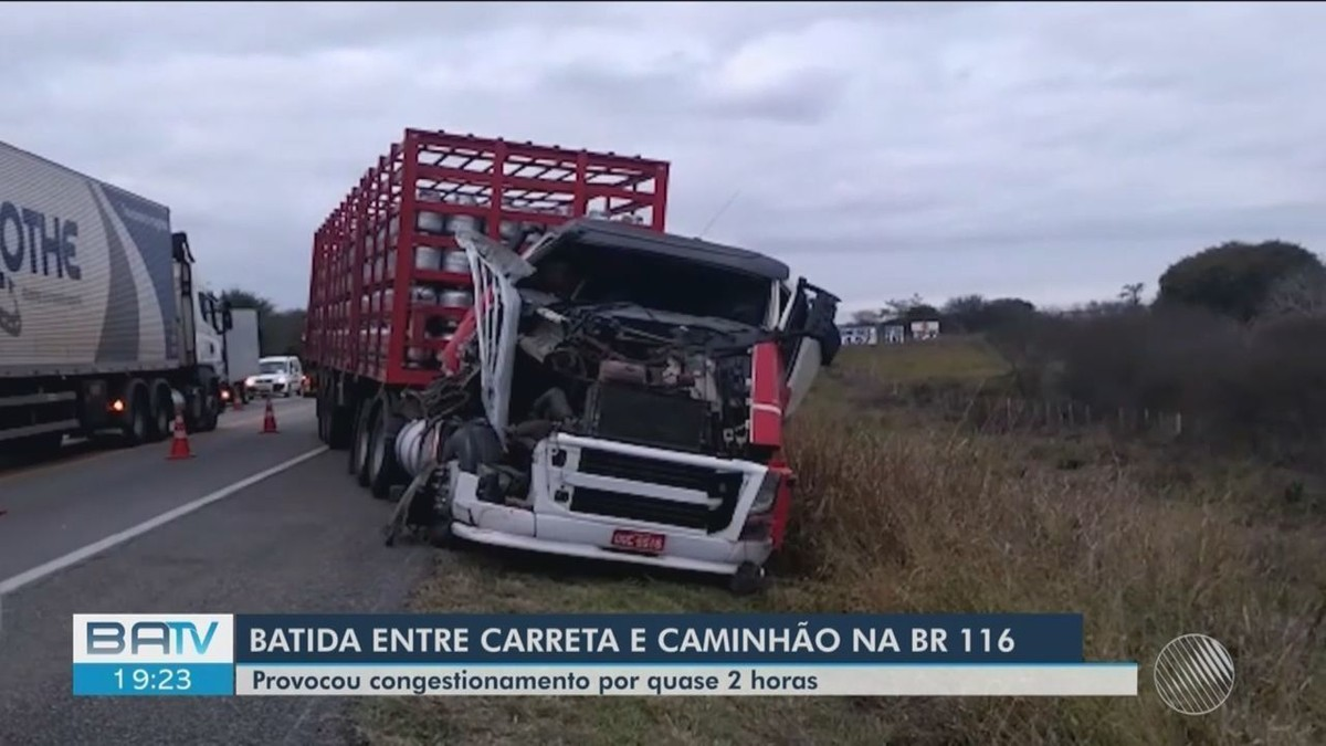 Batida entre carreta carregada de botijões de gás e caminhão que transportava gado deixa feridos na BR-116, no sudoeste da BA